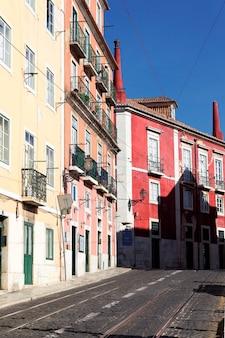 Rua colorida em lisboa no verão, portugal