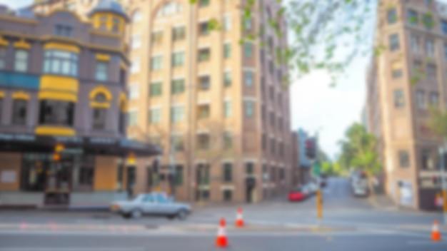 Rua com edifícios desfocados