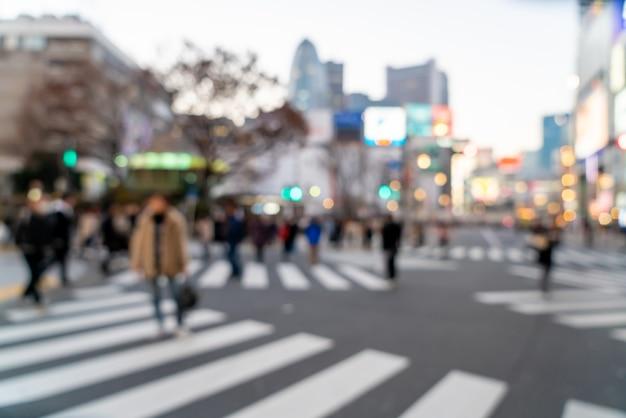 Rua comercial desfocada em shinjuku em tóquio, japão
