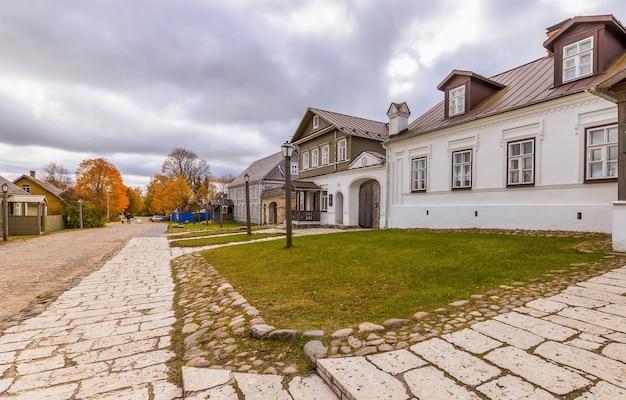 Rua da antiga cidade russa de izboursk