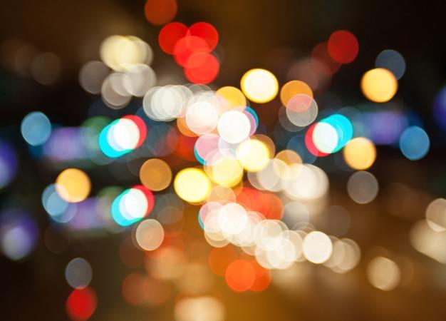 Rua da cidade à noite ilumina o fundo do bokeh