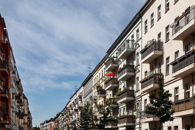 Rua da cidade alemã com pequenas árvores e céu azul