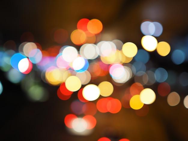Rua da cidade de noite ilumina fundo de bokeh, conceito de escuridão