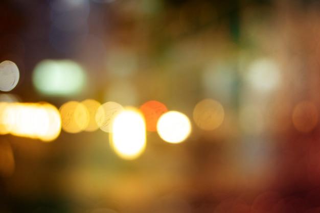 Rua da cidade de noite ilumina o fundo de bokeh
