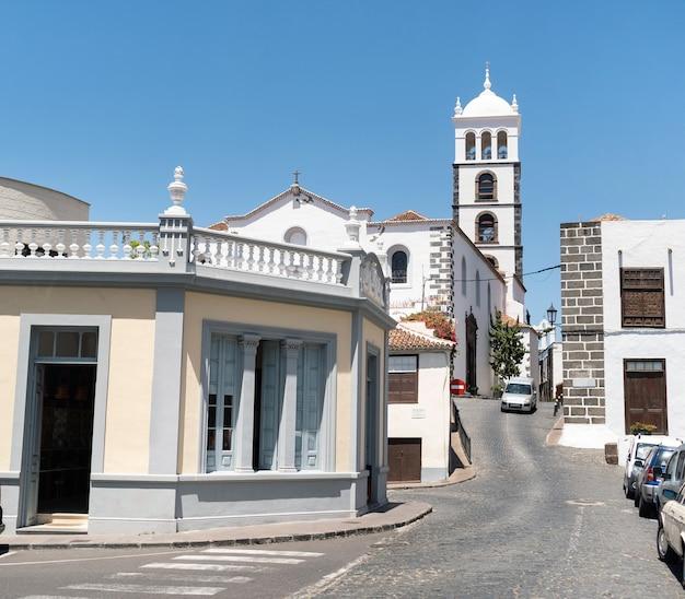 Rua da cidade e edifícios de garachico, tenerife, ilhas canárias, espanha,