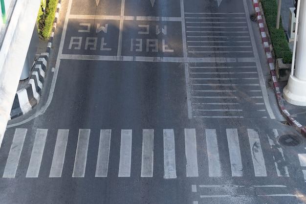Rua da cidade e faixa de pedestres