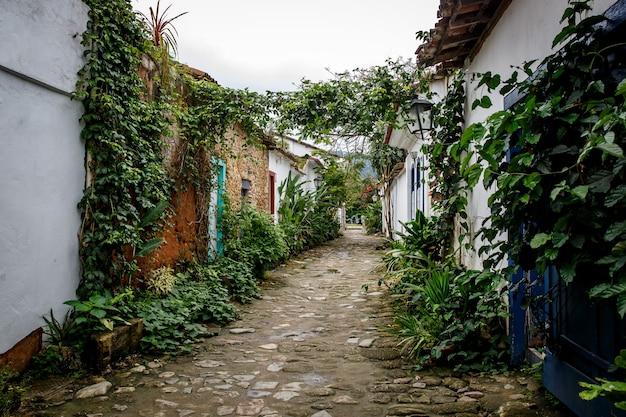 Rua da cidade velha com flores nas paredes.