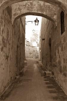 Rua da cidade velha e estreita