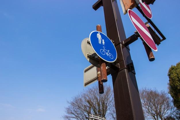 Rua da passagem e sinal azul da bicicleta na província de hyogo em japão