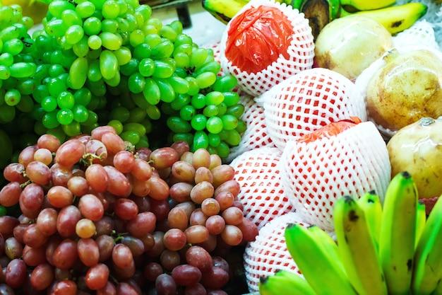 Rua da tailândia com mercado de frutas