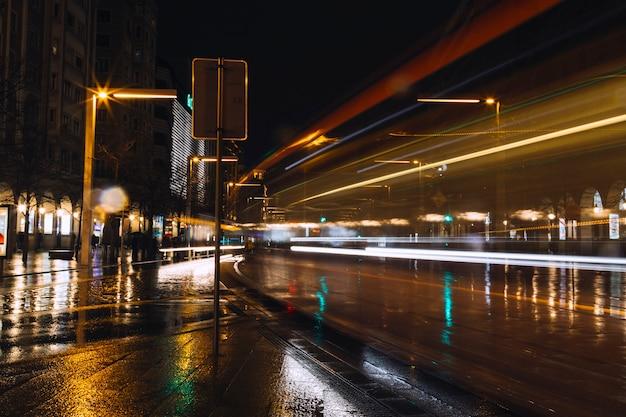 Rua da tarde em longa exposição