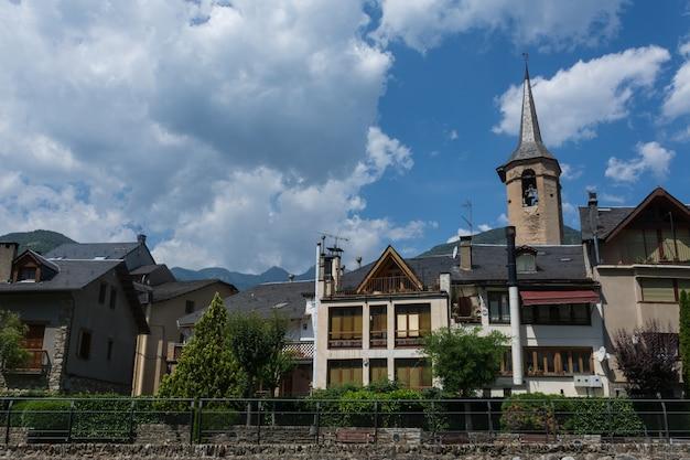 Rua das casas e torre sineira