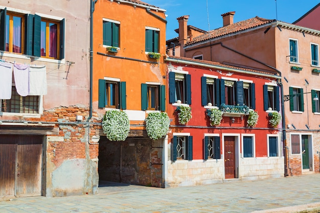 Rua de belas casas coloridas de veneza, itália