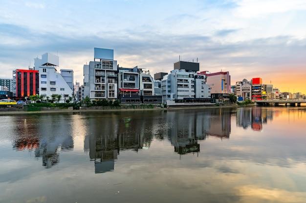 Rua de comida de yatai do rio fukuoka naka