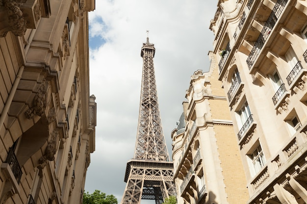 Rua de paris com vista sobre a famosa torre eifel de paris num dia nublado de verão