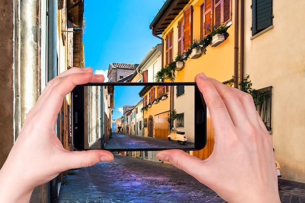 Rua de pesca de casas coloridas em rimini itália