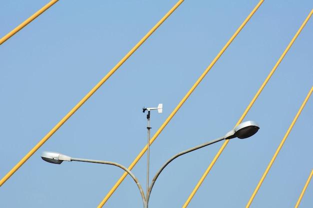 Rua de post de lâmpada na ponte suspensa na tailândia