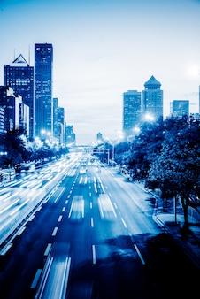 Rua de trânsito urbano