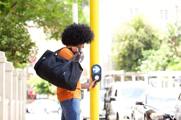 Rua de travessia de cara jovem com saco