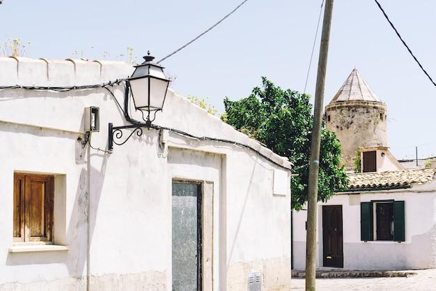 Rua de uma aldeia em um dia ensolarado