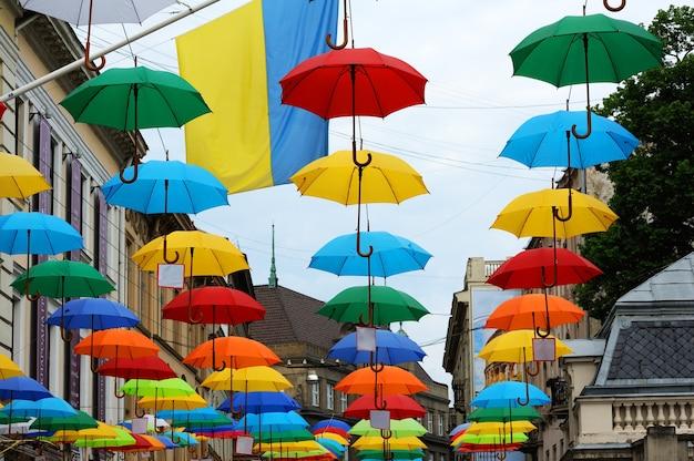 Rua decorada com guarda-chuvas coloridos. lviv ucrânia.