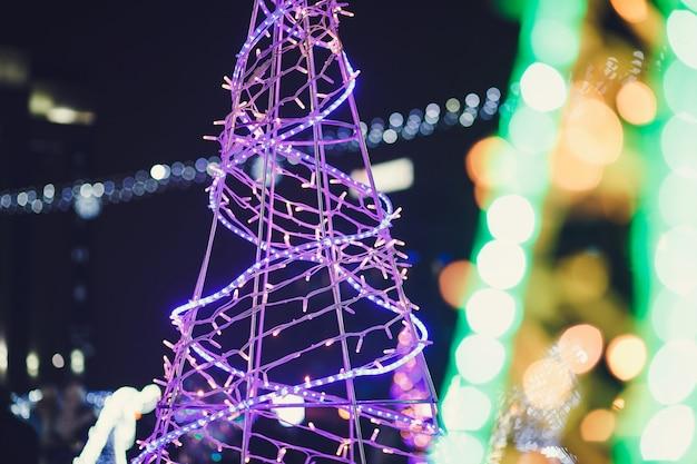 Rua decorada com luzes de natal. clima de natal na cidade.