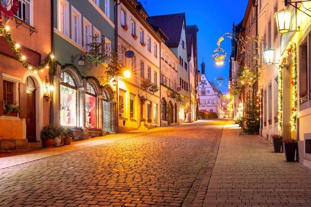 Rua decorada e iluminada de natal e praça do mercado na cidade velha medieval de rothenburg ob der tauber, baviera, sul da alemanha