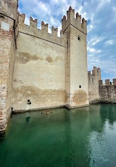 Rua do castelo scaligero em sirmione, no lago garda, na itália, no verão