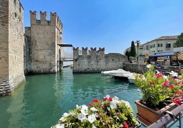 Rua do castelo scaligero em sirmione, no lago garda, na itália
