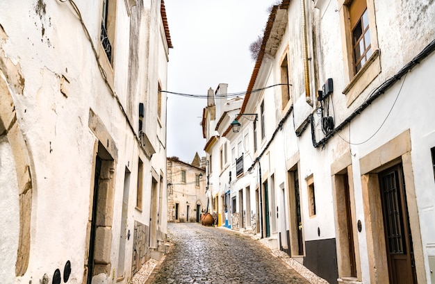 Rua do centro histórico de estremoz em portugal