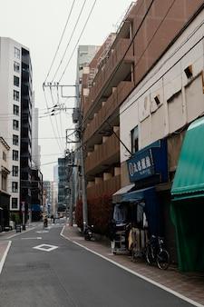 Rua do japão com homem de bicicleta