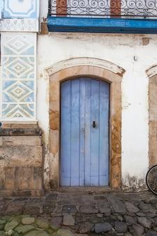 Rua e antigas casas coloniais portuguesas no centro histórico de paraty, estado do rio de janeiro