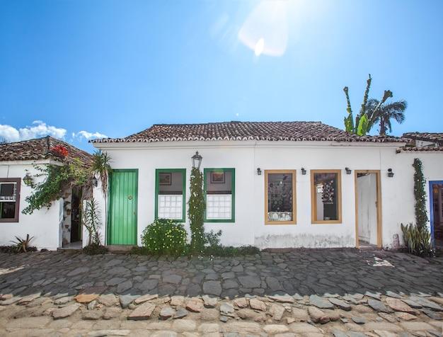 Rua e antigas casas coloniais portuguesas no centro histórico de paraty, no estado do rio de janeiro