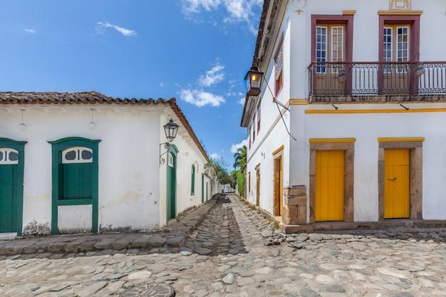Rua e antigas casas coloniais portuguesas no centro histórico de paraty