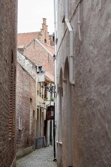 Rua em bruges, bélgica. bruges é a capital e a maior cidade da província de flandres ocidental na região flamenga da bélgica.