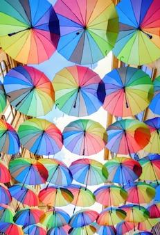 Rua, em, bucharest, coberto, com, muitos, coloridos, guarda-chuvas