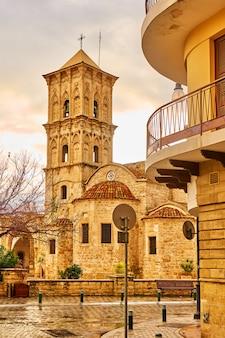 Rua em larnaca e igreja de são lázaro, chipre