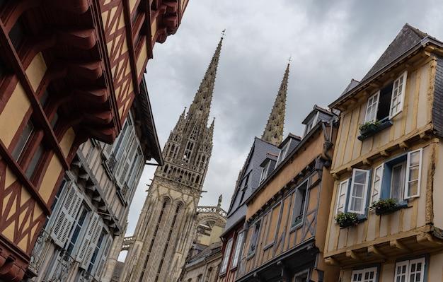 Rua em quimper com vista para a catedral de saint corentin, bretanha, frança
