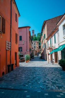 Rua em santarcangelo c vistas da capela itália