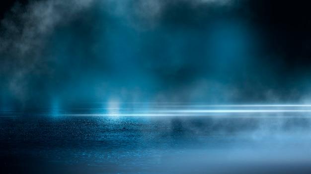 Rua escura asfalto molhado reflexos de raios na água resumo fumaça azul escura foco de luz de néon cena escura vazia