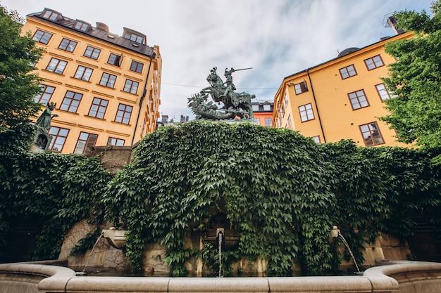 Rua estreita da cidade velha. gamla stan, a parte mais antiga de estocolmo, suécia. escandinávia, europa do norte. marco arquitetônico de estocolmo. tempo ensolarado com céu azul