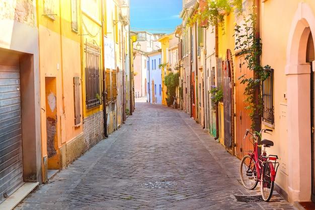 Rua estreita de san giuliano com uma bicicleta em rimini, itália