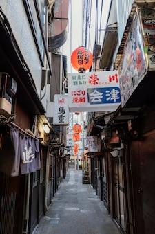 Rua estreita do japão com placa