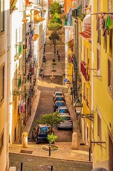 Rua estreita e autêntica de lisboa, portugal.