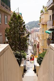 Rua estreita em barcelona, capital da comunidade autônoma da catalunha no reino da espanha