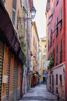 Rua estreita em nice, velhos edifícios coloridos na cidade velha, riviera francesa