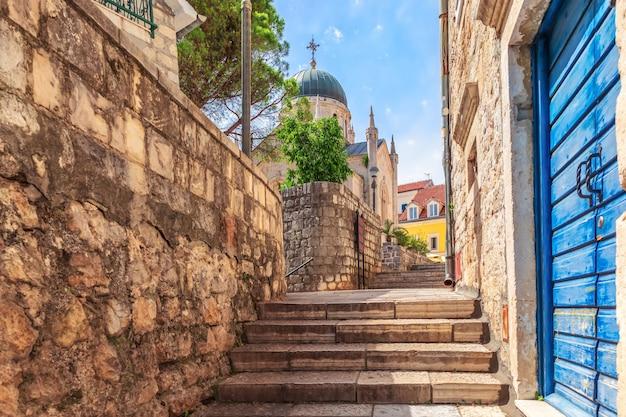 Rua estreita europeia perto da igreja de são jerônimo em herceg novi, montenegro.