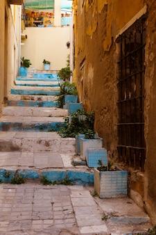 Rua estreita na antiga cidade européia