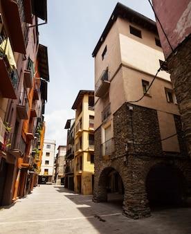 Rua estreita na cidade medieval catalã nos pirinéus