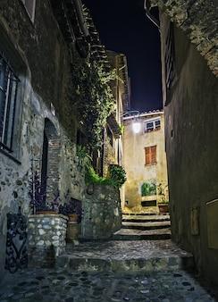 Rua estreita na cidade velha na frança à noite
